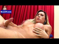 Sexy hot com tranny babe Victoria mostrando cu de pau bem duro