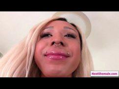Travesti beiçuda no porno recendo um boquete